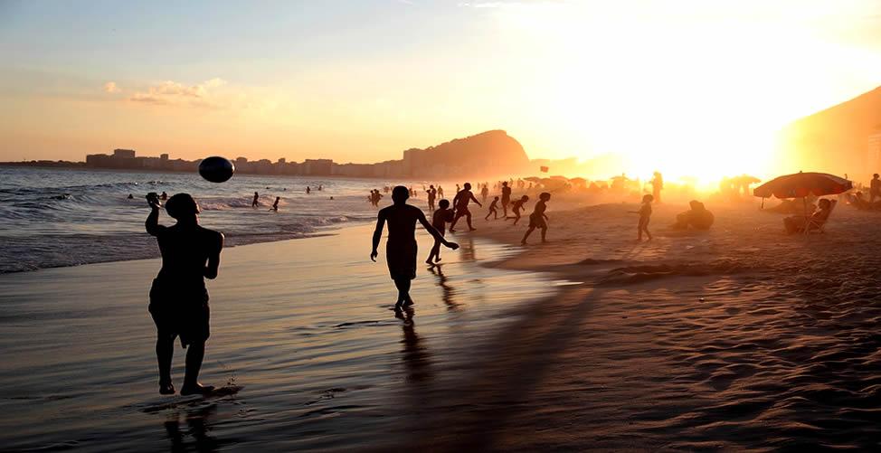 Sonhar Com Bola - Brincando na Praia