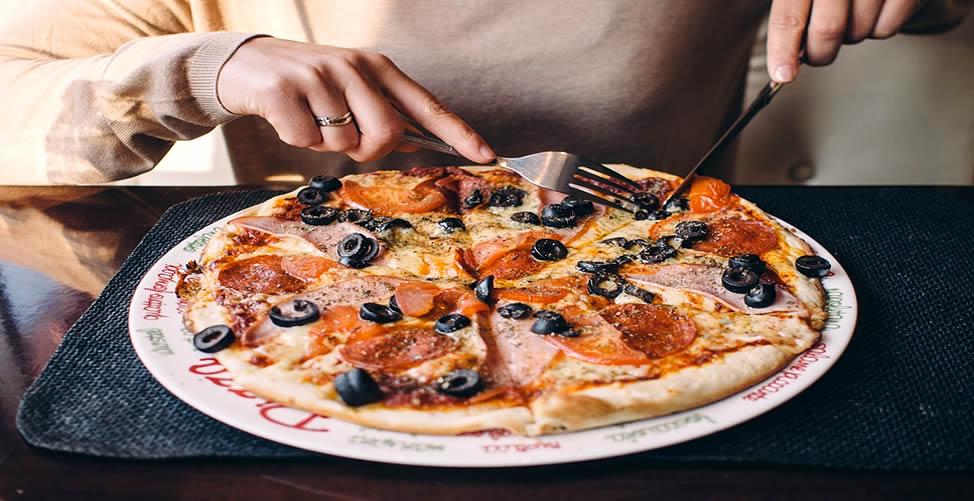 Sonhar Com Pizza - Comendo