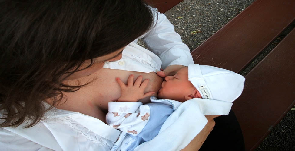 Sonhar Com Bebê Sendo Amamentado