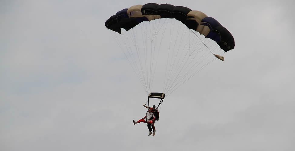 Sonhar com Paraquedas Aberto