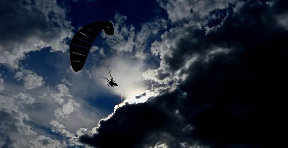 Sonhar com Paraquedas no céu